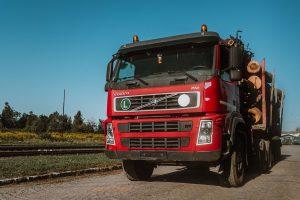 Prenájom auta s hydraulickou rukou pre prenos dreviny